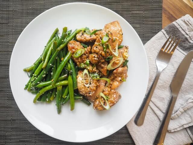 Fettarmes Fleisch mit Gemüse in einem Teller