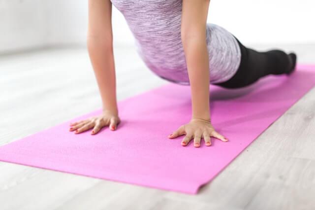 Frau auf dem Boden trainiert